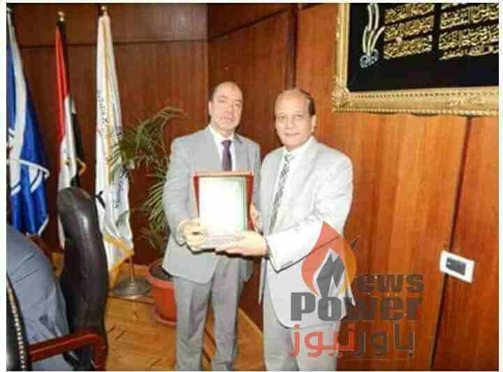 انربك تكرم المهندس نبيل عفيفى رئيس شركة الاسكندرية للبترول السابق بعد خدماته الطويلة