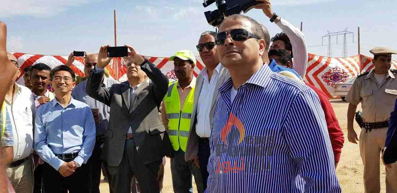 لقطة .. وزير الكهرباء يلتقط بنفسه صور سيلفى خلال تفقده لموقع بنبان اليوم