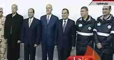 الرئيس السيسي يفتتح حقل ظهر ويلتقط صورة تذكارية مع العاملين