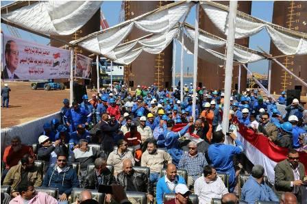بالصور..حشود غفيرة من العاملين بالإدارة البحرية التابعة لبتروجت بالإسكندرية لتأييد الرئيس لفترة رئاسية ثانية