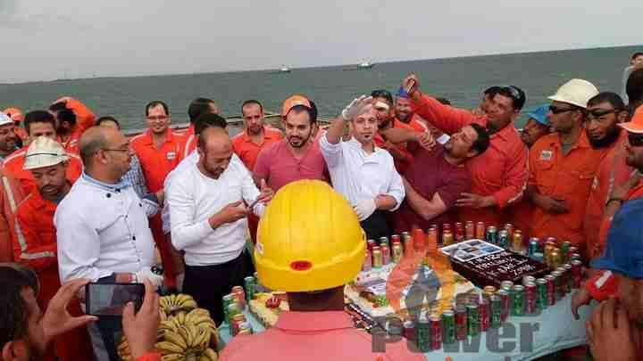 العاملون بشركة PMS  يواصلون الاحتفالات بتركيب الخط 14 على البارج 12