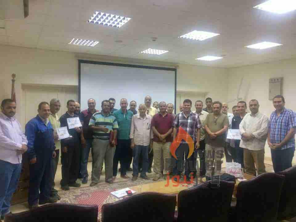 الخياط فى صورة تذكارية مع مديرى المشاريع بالزعفرانة أمس