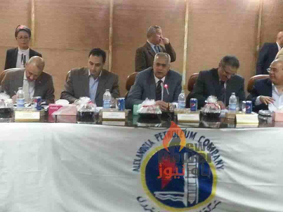بالصور..رئيس الإسكندرية للبترول يجتمع بأعضاء اللجنة الجغرافية لمناقشة خطة الطوارئ