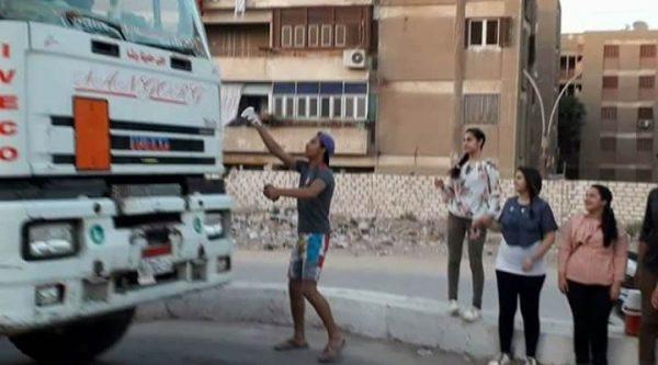 شباب أقباط يساهمون في إفطار الصائمين بالطرق العامة بسمالوط