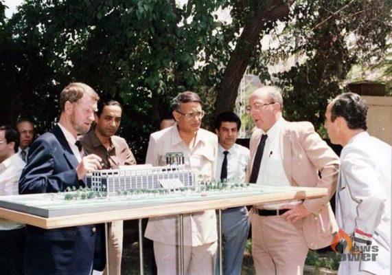 وراء كل صورة حكاية : فوى ماديسكى مصمم مبنى انبي يعرض النموذج النهائي على رئيس الشركة
