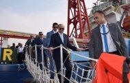 الفريق مُهاب مميش يتفقد سفينة الخدمات البترولية