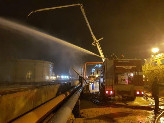 بالصور والفيديو .. وصول تعزيزات من الداخلية وشركات البترول للسيطرة على حريق شركة الإسكندرية للبترول