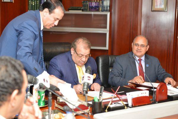 عاجل ..مدكور توقع مع الدكتور حسن راتب عقد المقاول العام وانشاءات المرحلة الاولى للجامعة الدولية بالعاصمة الادارية