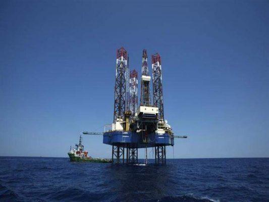 النفط ينهي الأسبوع على خسارة مع تجدد المخاوف من تباطؤ الطلب العالمي