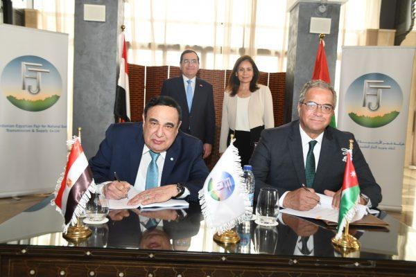الملا وزواتي يشهدان توقيع عقد بين الفنية لتشغيل الغاز و