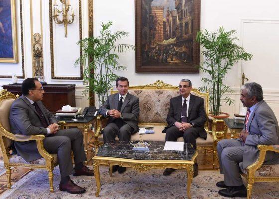 رئيس الوزراء يلتقى الرئيس التنفيذي لشركة إيدرا باور للكهرباء بحضور شاكر