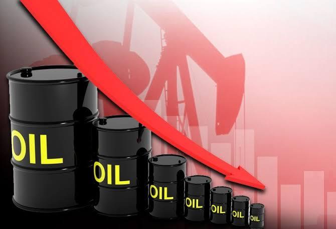 النفط يهبط بفعل مخاوف من ضعف الطلب لكن جهود خفض الإنتاج تدعم الأسعار