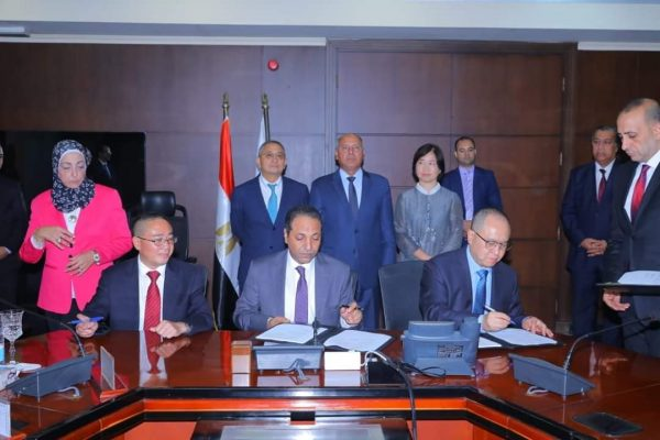 وزير النقل يشهد توقيع عقود صيانة لمشروع القطار المكهرب بتكلفة 110 مليون دولار