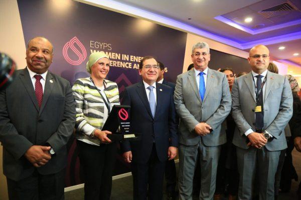 الملا يكرم نهال خليل مدير عام الاعلام بشركة بتروجت ويمنحها جائزة المرأة في الطاقة لعام 2020
