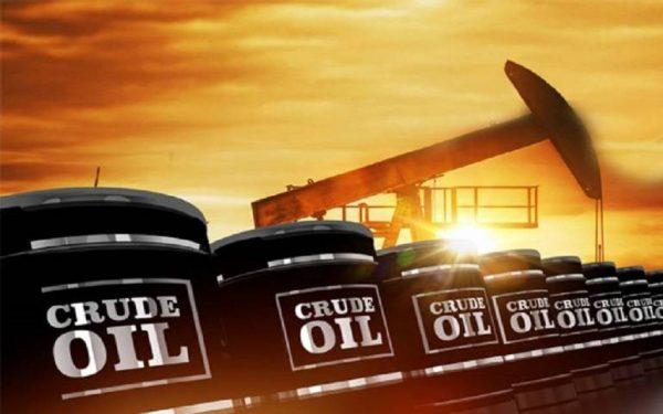 أسعار النفط تصعد مدعومة من تخفيضات إنتاجية محتملة