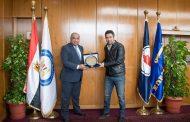 بهاء يكرم أحمد صالح لاعب منتخب مصر ونادى إنبى لحصوله على بطولة كأس أفريقيا لتنس الطاولة بتونس