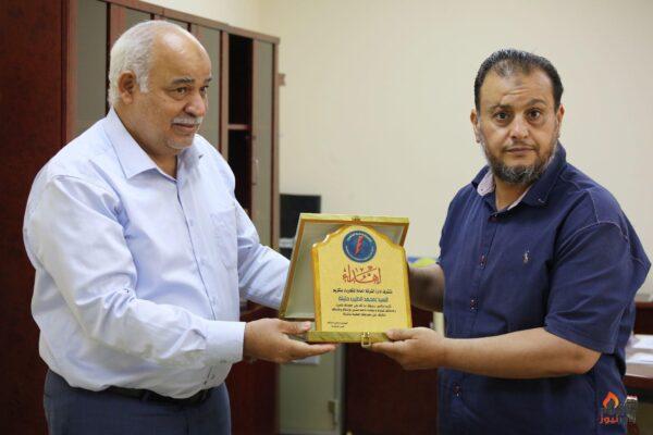 العامة للكهرباء الليبية تكرم أبنائها الأوفياء .. درع الشركة للمهندس الطيب حليلة