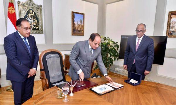 الرئيس السيسى يتابع جهود البنك المركزي ويطلع على عينات من البنكنوت الجديد الجاري اصداره من اول نوفمبر القادم