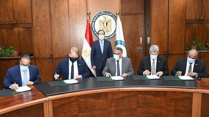 بحضور الملا .. وزارة البترول توقع مع بكتل اتفاقيتي  التصميمات الهندسية وائتلاف تنفيذ مشروع مجمع البحر الأحمر للبتروكيماويات باستثمارات 7.5 مليار دولار