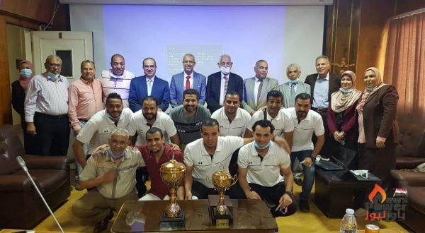 رئيس شركة القاهرة للإنتاج يكرم أعضاء فريق الخماسى بعد فوزه ببطولة الشركات